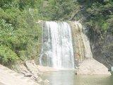 金湖边上一个小瀑布