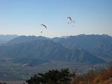 银山塔林上的滑翔伞,漂亮吧