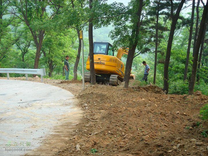 徒步驴友入门教程-香巴拉穿越穿过几个墓地后就步入防火道,正好有辆车在施工