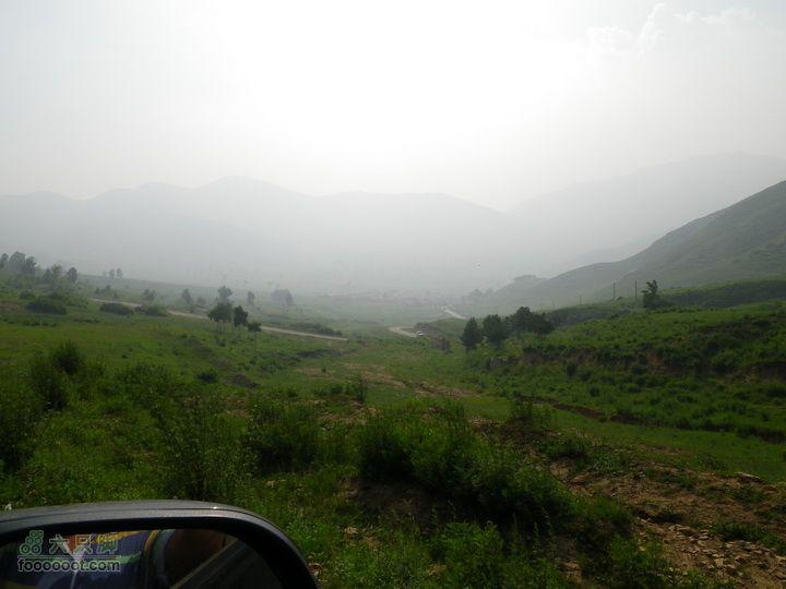 自驾车大海陀村,越野至1550米营地,最无限接近小海坨的线路前面就是河北了,河北地界的路有人修,北京的没人管……