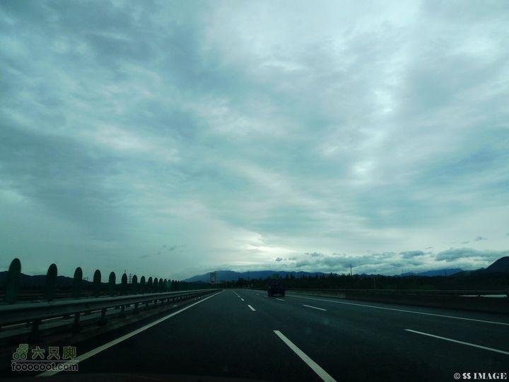 中秋塞罕坝乌兰布统深度自驾(醉人美景+探路)D1.出发的清晨,第一次冒雨在高速上开到120。