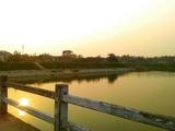 夕阳中的沙河~远处还有一些垂钓者!美!!