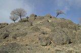浑圆状山峰和裸露的石块