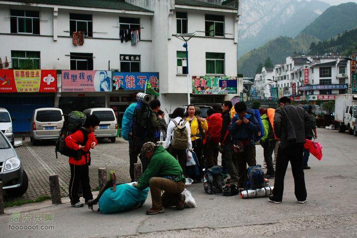 2011-05-07-穿越黄山-青岛向阳山户外到达黄山脚下汤口镇,卸车整理装备。