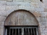 隋代大佛用围墙保护着进不去,把相机伸进栏杆去拍了一张