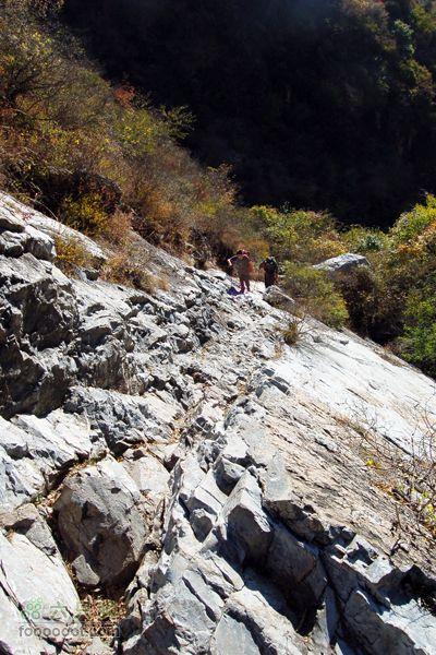 箭扣-北京结穿越岩上壁上的路