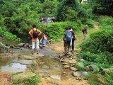 溪边洗衣的村民