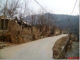 沿着公路穿过村子一直向里走