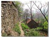 走村子右面的山沟,或者走左面的山脊(根据体力)