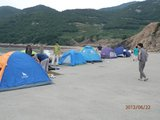 ?#31243;?#36793;水泥平台上搭建帐篷