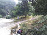 一路下山,过凉水背后,到达水泥路面。