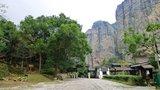 这是灵峰景点的检票口,左侧的石阶上去,前往朝天门