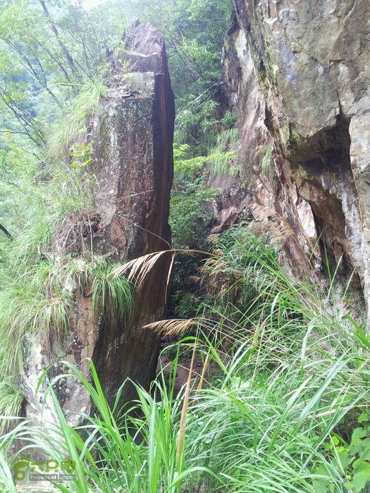 环文成岩门峡谷溯溪走过峡石,就可下溪了