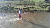 再一次过河流,水流还蛮湍急的,而且水冷刺骨。